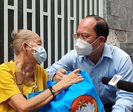 Phó Bí thư TP.HCM thăm, tặng quà người dân khó khăn ở 'vùng xanh'