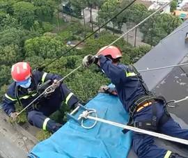 Cảnh sát xử lý hộp đèn quảng cáo nặng hơn 2 tạ sắp rơi từ tầng 21
