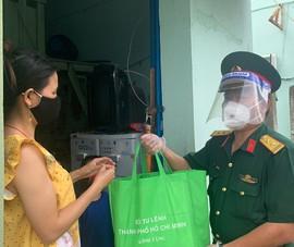 Quân đội trao 100 phần quà và hơn 1 tấn rau cho người dân