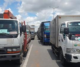 Ngày đầu tuần xe tải ùn ứ kéo dài trên Quốc lộ 1