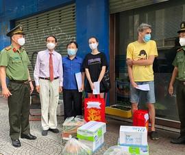 Hàng chục người nước ngoài khó khăn được công an tặng quà