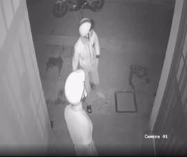 Camera ghi cảnh trộm cắt khoá lấy 2 xe máy ở quận 9