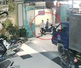 Camera ghi cảnh trộm lựa xe sang bẻ khoá ở Gò Vấp
