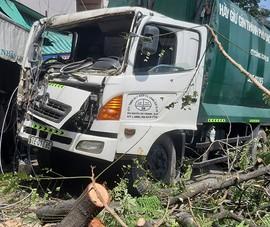 Xe chở rác tông gãy cây xanh, lao vào nhà dân ở quận 8