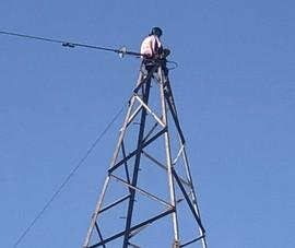Cứu 1 phụ nữ ngồi trên đỉnh trụ điện cao thế ở TP Thủ Đức