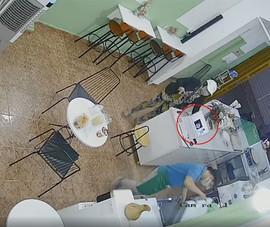 Camera ghi cảnh một phụ nữ trộm 2 điện thoại 70 triệu ở quận 1