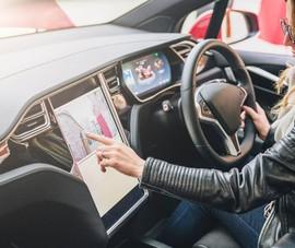 Sử dụng màn hình chạm trên xe hơi rất dễ gây tai nạn