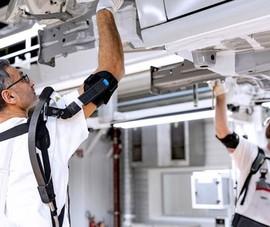 Các hãng xe đang biến công nhân thành người máy vì lý do này
