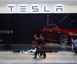 Người Hàn mê Tesla đến mức đá văng xe Hyundai