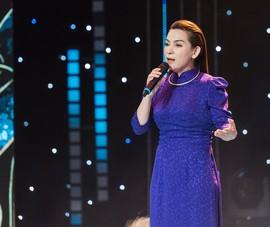 Phi Nhung cố kìm nén để không khóc trước mặt thí sinh