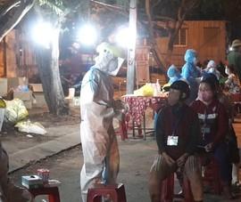 Ngư dân, thương lái xếp hàng xuyên đêm chờ lấy mẫu xét nghiệm