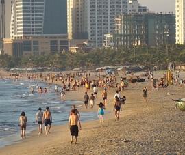 Bãi biển, quán xá đông người ngày đầu nới lỏng giãn cách