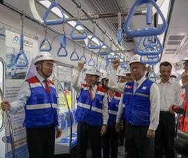Video: Bí thư Nguyễn Thiện Nhân tham quan tàu metro số 1