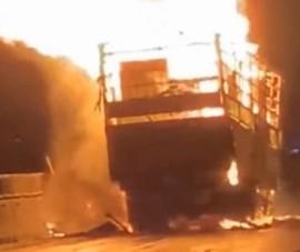 Xe tải đấu đầu xe container rồi cùng bốc cháy dữ dội