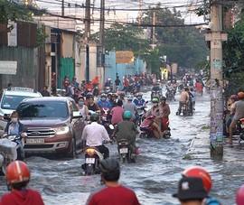Đường Tân Thới Nhất 8 ngập sâu sau cơn mưa chiều ở TP.HCM