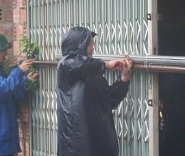 Clip người dân Lệ Thủy dầm mưa chằng chống nhà cửa
