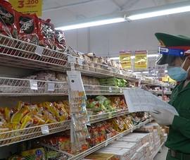 Video: Bộ đội đi siêu thị, gõ cửa từng nhà đưa thực phẩm cho dân