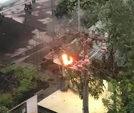Cột điện ở quận 12, TP.HCM bốc cháy là do ảnh hưởng sét đánh