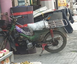 Xe cũ nát, lạc hậu vô tư chạy trên đường phố