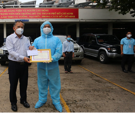Người thu gom rác thải y tế trong mùa dịch COVID-19 được thưởng