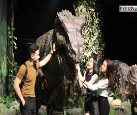 Video: Công viên khủng long đầu tiên tại trung tâm thương mại