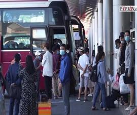 Video: Hàng ngàn du khách đổ về TP Đà Nẵng dịp lễ 30-4