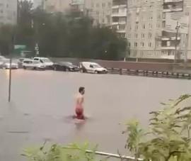VIDEO: Người dân Nga 'tận hưởng hồ bơi giữa lòng thành phố' sau trận 'siêu mưa'