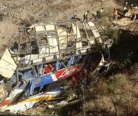 Xe buýt chạy quá tốc độ lao xuống vách đá ở Peru, gần 50 người thương vong