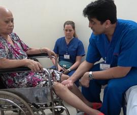 Bệnh nhân nghèo được phẫu thuật thay khớp miễn phí
