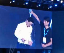 CEO của 'Google Trung Quốc' bất ngờ bị dội nước khi phát biểu