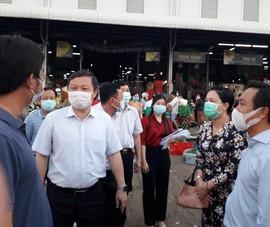 Lãnh đạo TP.HCM kiểm tra phòng dịch ở chợ lúc rạng sáng
