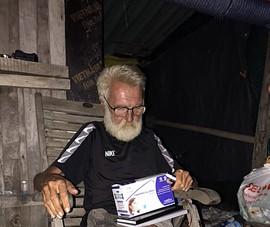 Nhiều người giúp đỡ ông Tây trong căn chòi ở Mũi Né