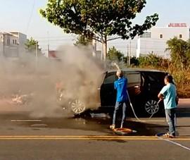 Xe ô tô 7 chỗ đang chạy bốc cháy ở Phan Thiết