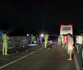 Bình Thuận: Xe giường nằm đối đầu xe máy, 2 thanh niên tử vong