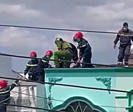 Thanh niên ở Bình Thuận nghi ngáo đá cầm dao leo lên nóc nhà