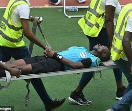 Hi hữu: Trận đấu suýt hoãn vì trọng tài bổ nhào xuống đất