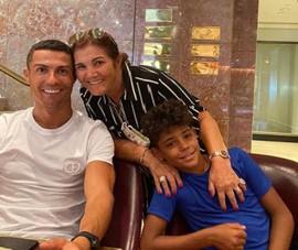 Con trai của Cristiano Ronaldo: 'Bà ơi, đừng chết'