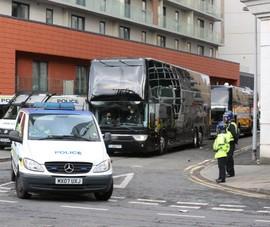 Cảnh sát hộ tống Manchester United rời Lowry