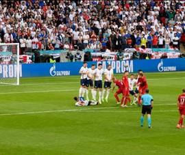 Người Anh phản pháo, bàn thắng của Đan Mạch không hợp lệ