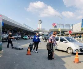 Khách từ sân bay tràn ra đường Trường Sơn bắt xe công nghệ