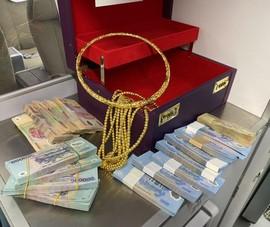 Hành khách để quên cả hộp tiền, vàng trên máy bay