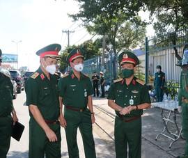 Trung tướng Ngô Minh Tiến đi kiểm tra chốt kiểm soát dịch tại TP.HCM