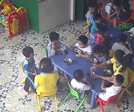 Cô giáo đánh, cắn vào tay trẻ trong giờ ăn