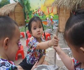 Trẻ xay gạo, nặn tò he, chơi bóng nước giữa sân trường