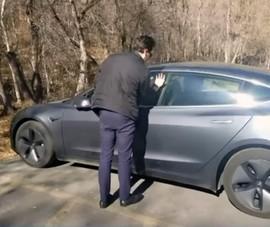 Cấy chip vào tay để mở cửa xe Tesla vì ... lười