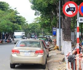 Dù không có biển cấm, tài xế cũng không được dừng và đỗ xe ở nơi này