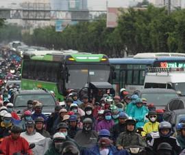Hàng ngàn người dầm mưa tại đường Điện Biên Phủ do kẹt xe