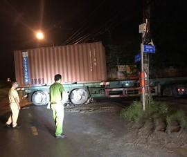 Nâng container đưa nạn nhân tai nạn giao thông ra ngoài