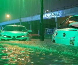 Hình ảnh nước ngập tới yên xe trong cơn mưa lớn tại TP.HCM