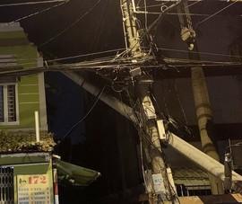 Trụ điện ngã vào nhà, cả gia đình tháo chạy trong đêm